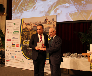 Mayer of Wien give the  medal of city to Alan for recognition